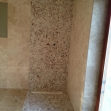 Interiérový dizajn: majitelia sa rozhodli pre klasický obklad kúpeľne s kombináciou sprchovacieho kúta z riečnych kamienkov(sklenenä zástena ešte chýba)