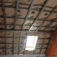 Po montáži tepelnej izolácie stropu nasleduje montáž nosnej - podkladovej konštrukcie pre sádrokartón.