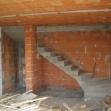 Pohľad na hrubú stavbu interiér - schodisko