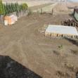 Základná terénna úprava pozemku so základom pre prístrešok s krbom.